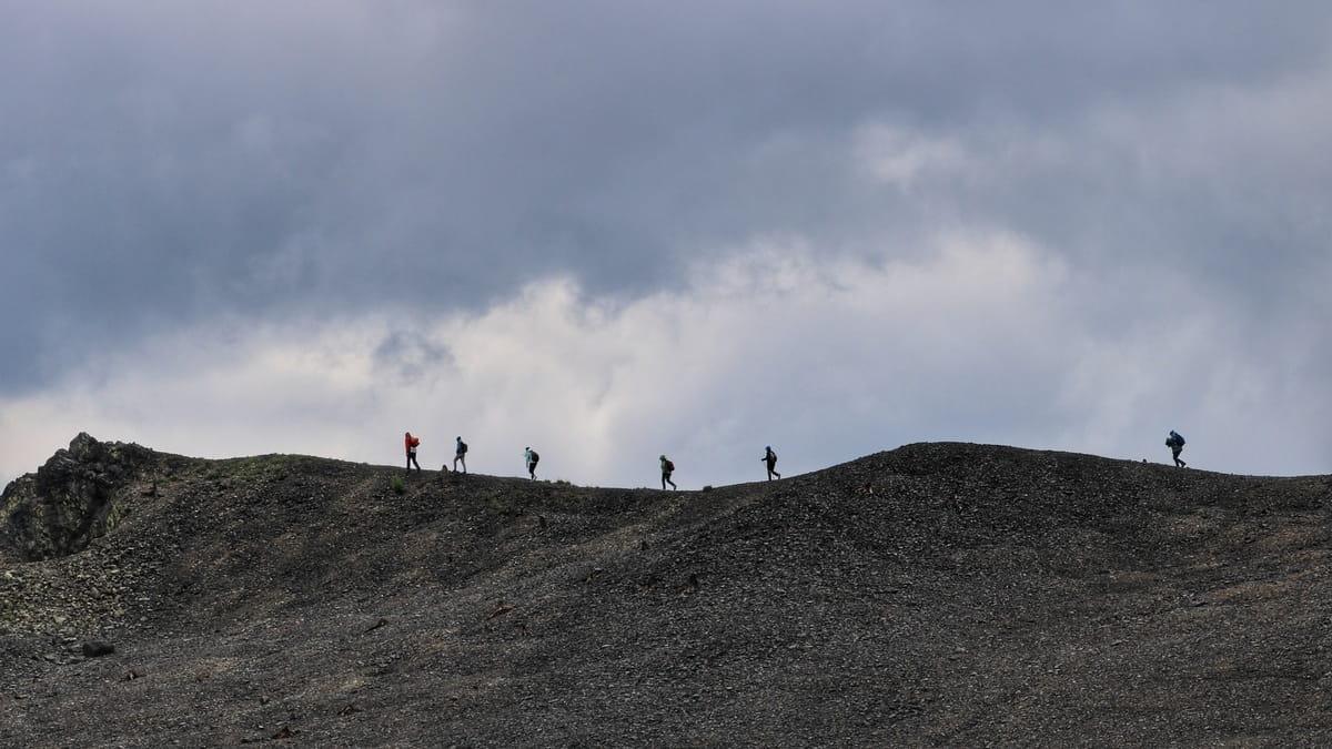 Группа туристов идёт по горному хребту Карабаша