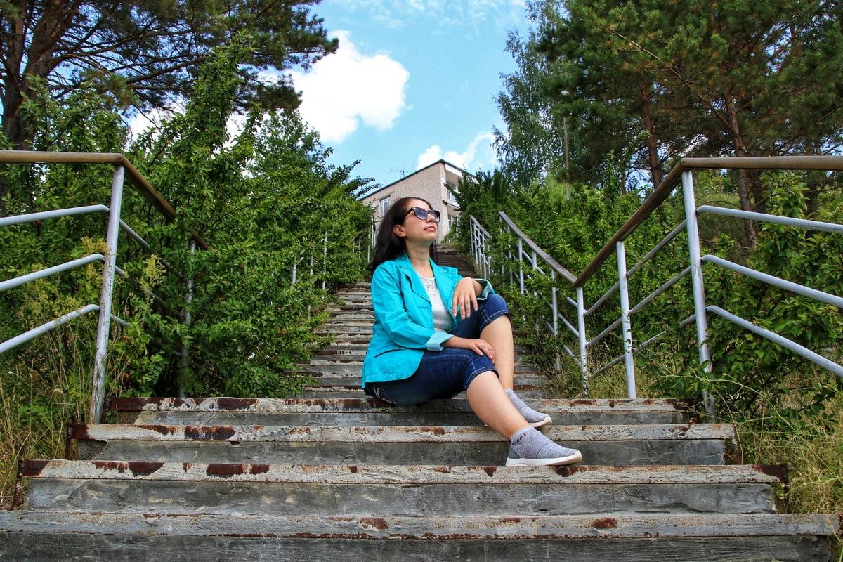Женщина сидит на ступенях лестницы. Фотограф – Александр Гусев, г. Каменск-Уральский