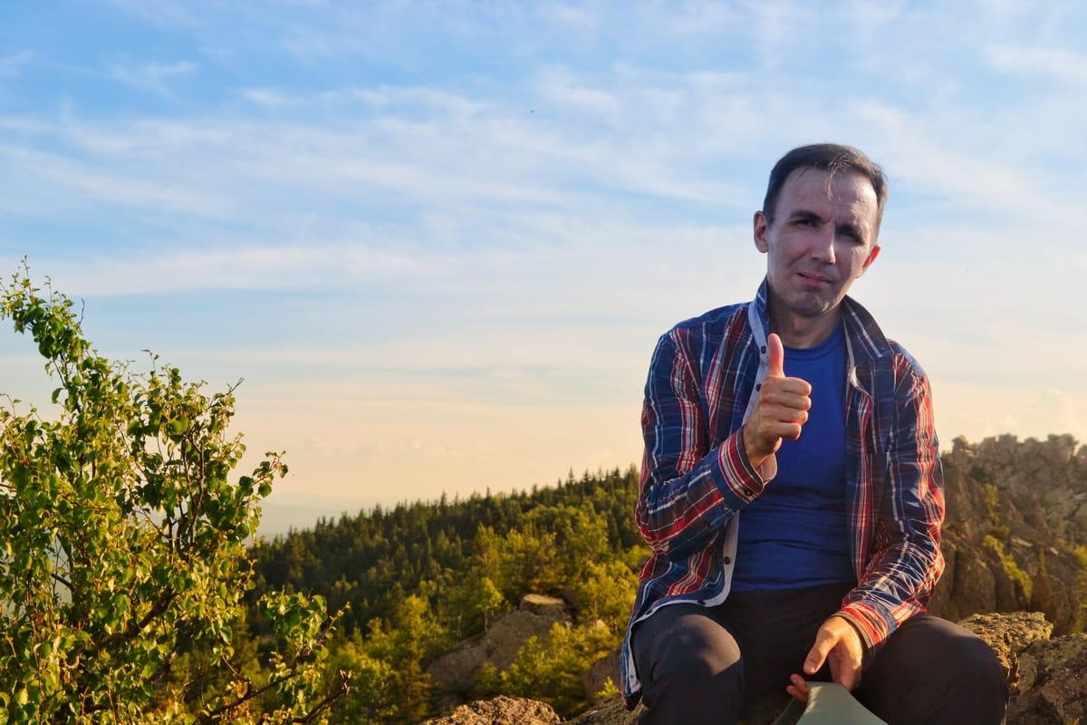 Фотограф Александр Гусев на вершине горы Ицыл