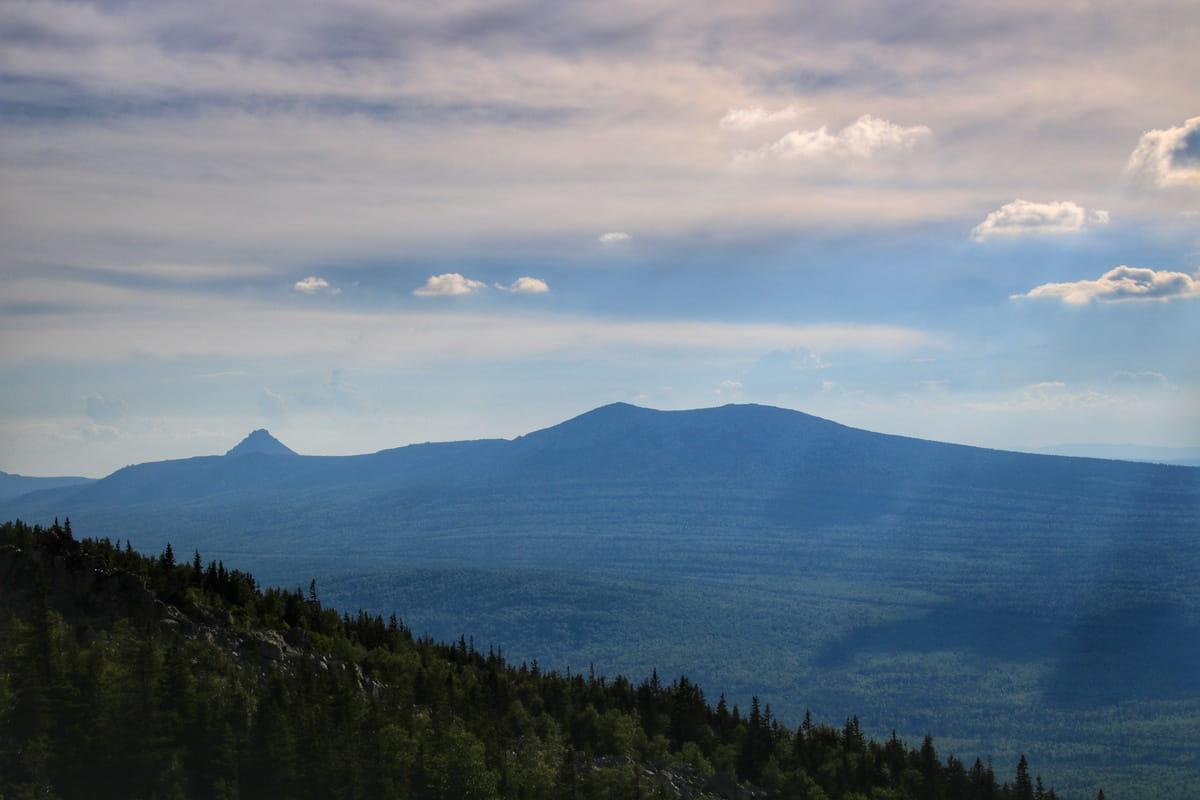 Вид на Откликной гребень и Круглицу с вершины Ицыла