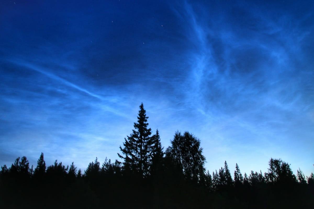 Серебристые облака на ночном небе Таганая