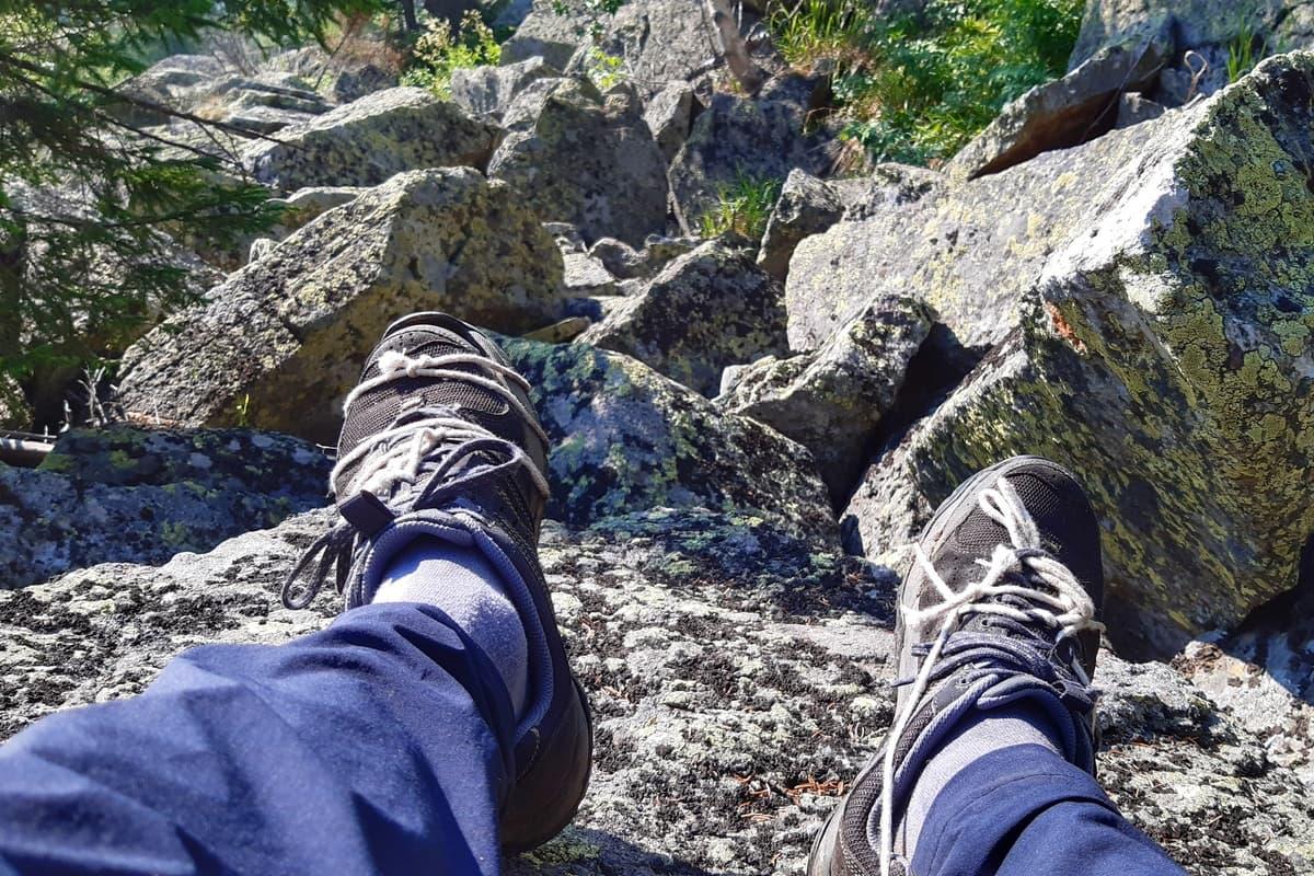 Порванные кроссовки перевязаны верёвками