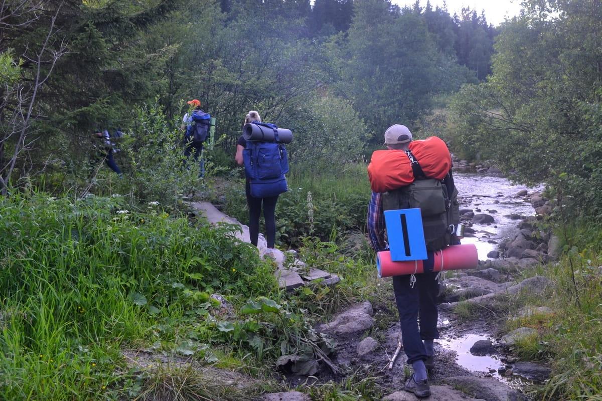 Туристы переходят ручей