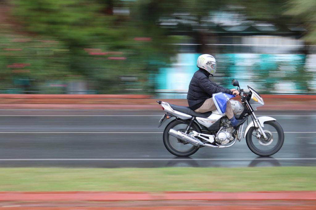 Фотография с проводкой - человек на мотоцикле