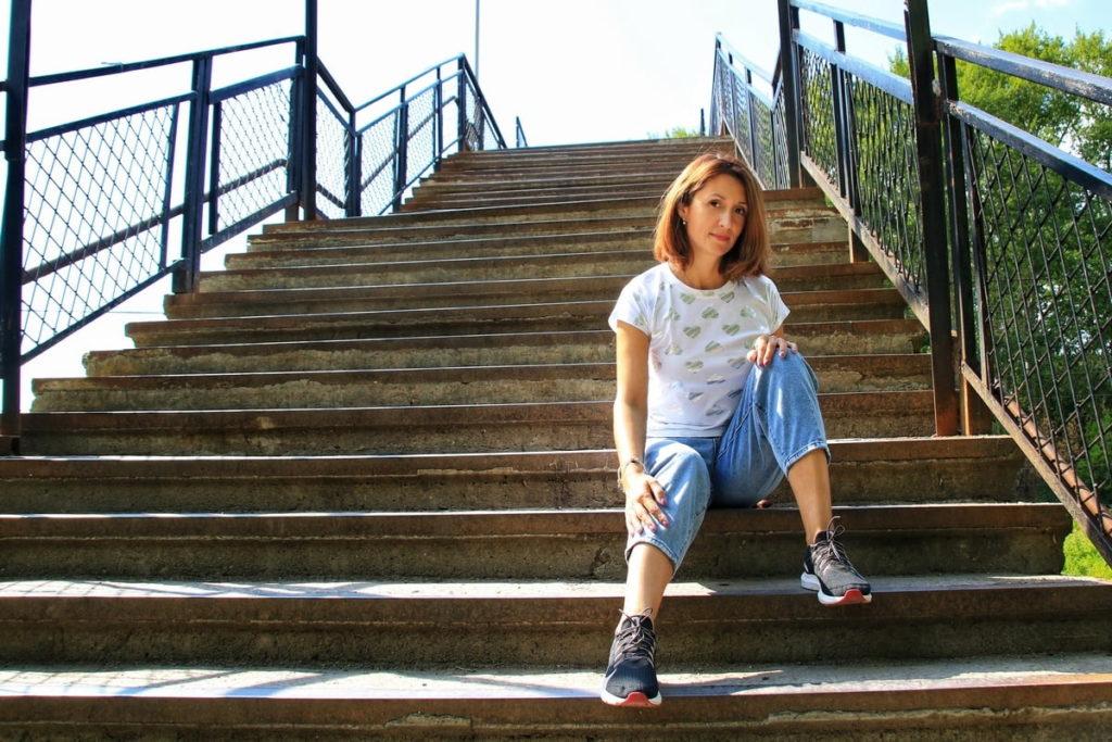 Фотосессия: девушка сидит на ступенях лестницы
