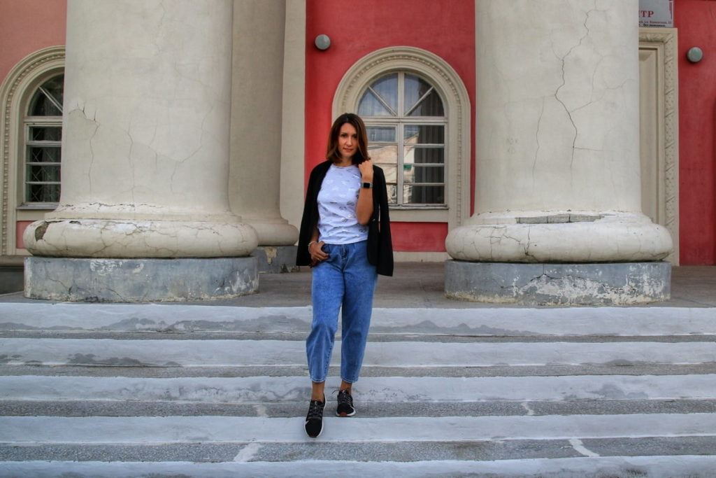 Фотосессия девушки возле здания с колоннами