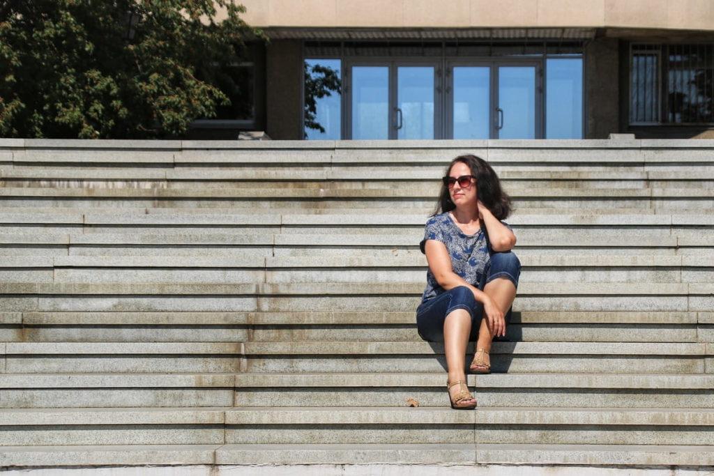 Фотосессия на лестнице. Девушка сидит на ступенях