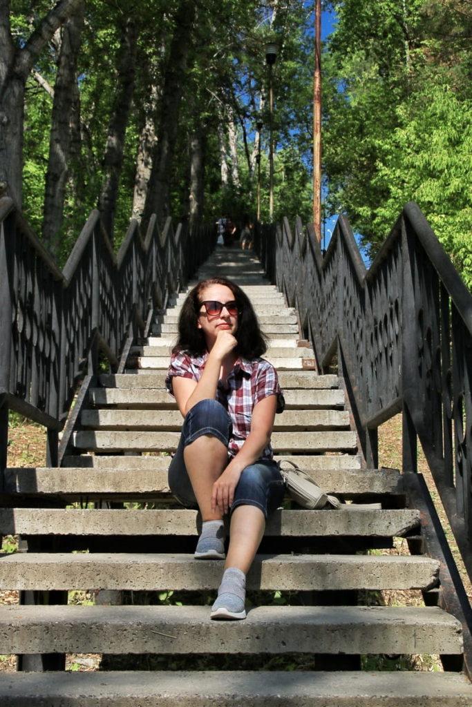 Фотосессия на лестнице в летний день