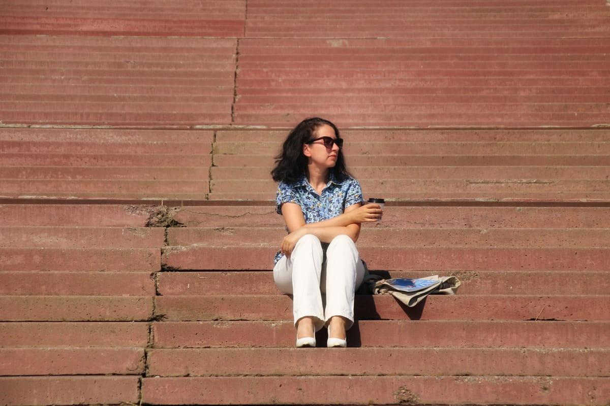 Девушка сидит на ступенях лестницы. Фотограф – Александр Гусев, г. Каменск-Уральский