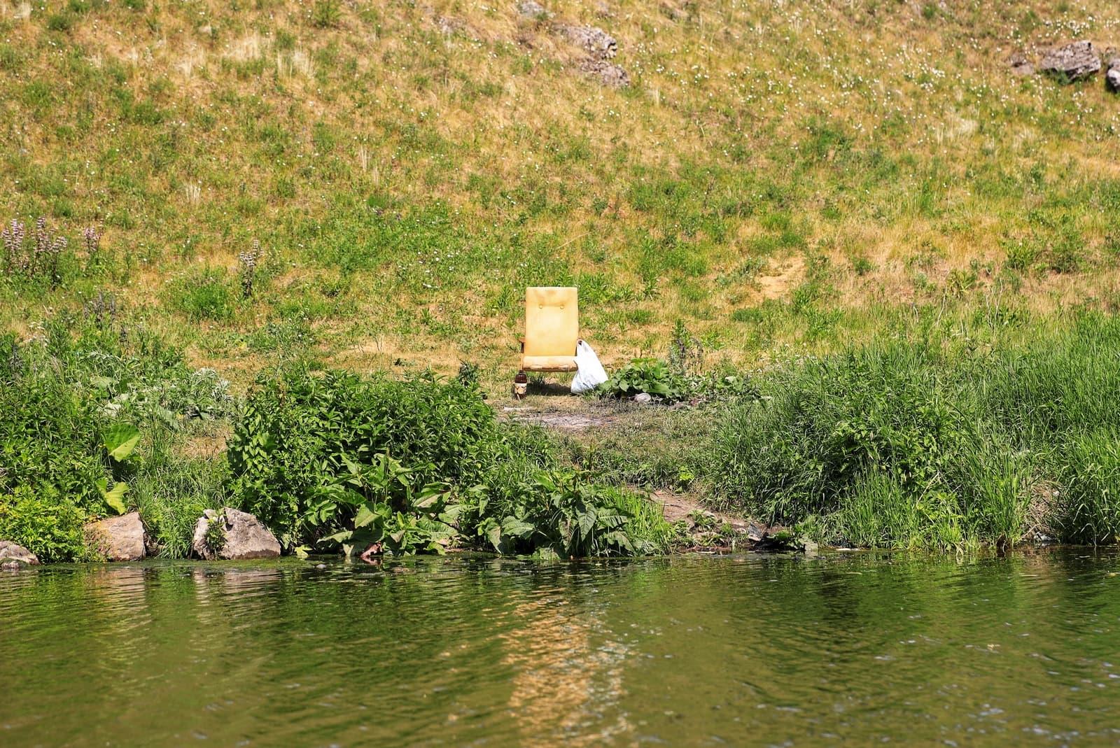 Старое кресло на берегу Исети