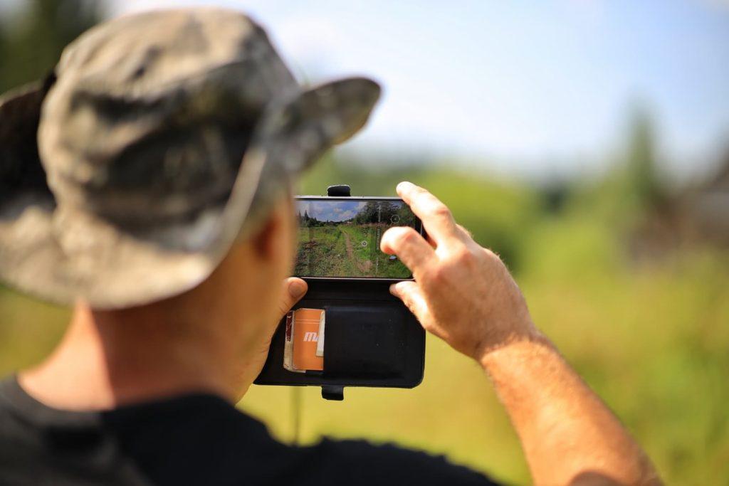 Турист фотографирует тропинку