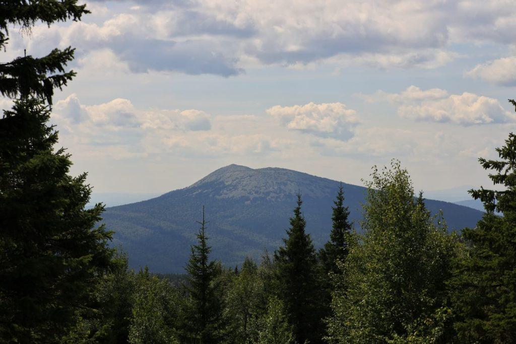 Вид на гору Круглица с вершины Дальнего Таганая