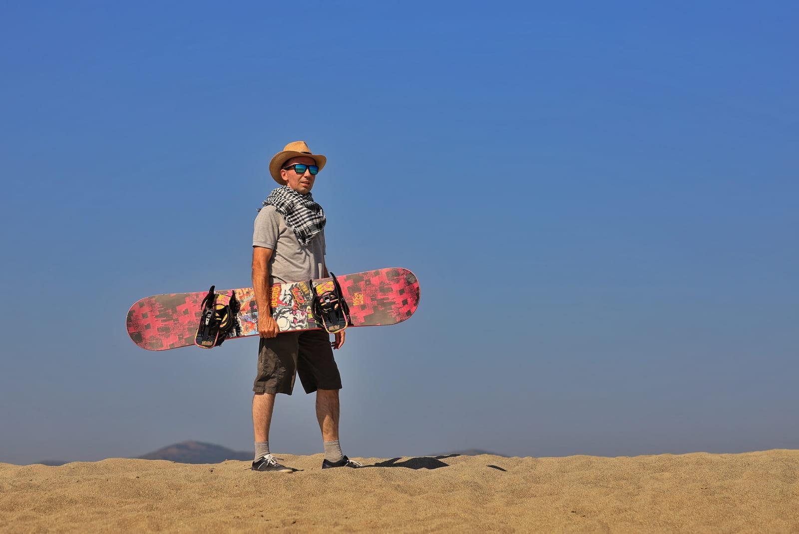 Фотосессия в пустыне, человек со сноубордом