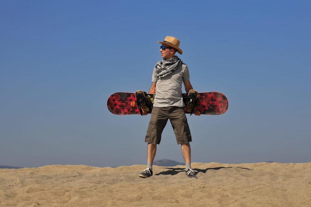Фотосессия в пустыне, человек стоит на вершине дюны