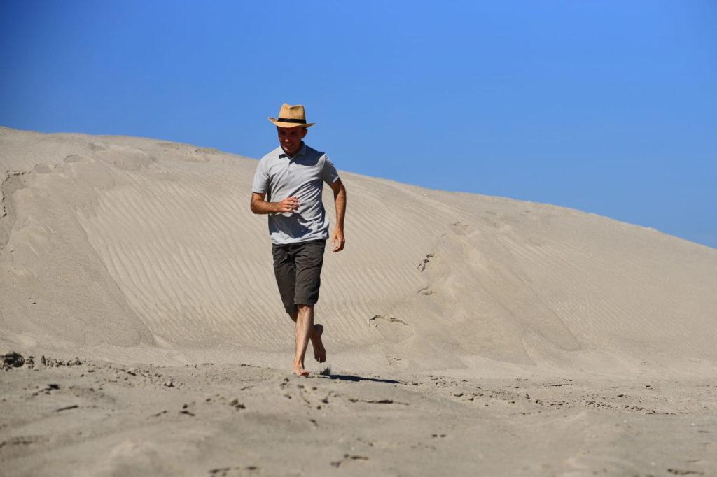Фотосессия в пустыне, человек бежит по горячему песку
