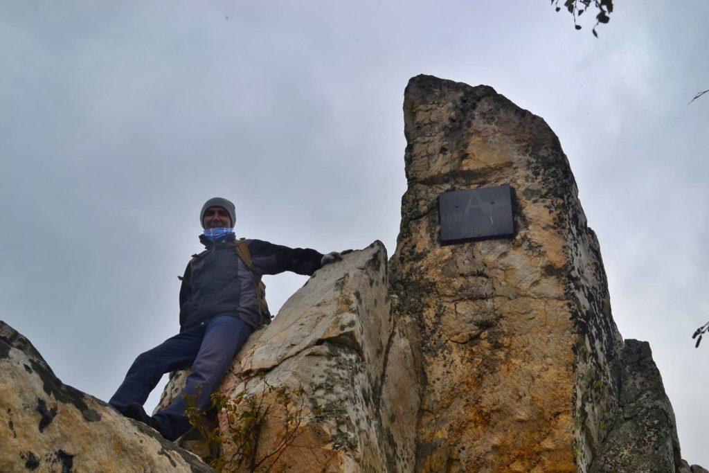 Александровская сопка, скала с табличкой