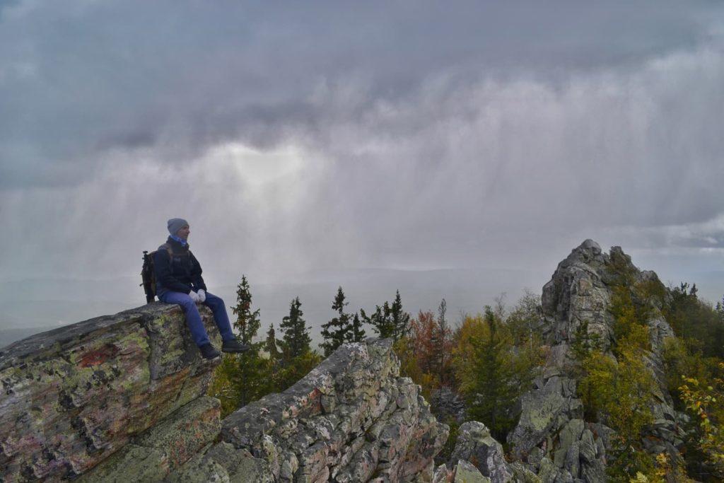 Александровская сопка, человек на вершине скалы