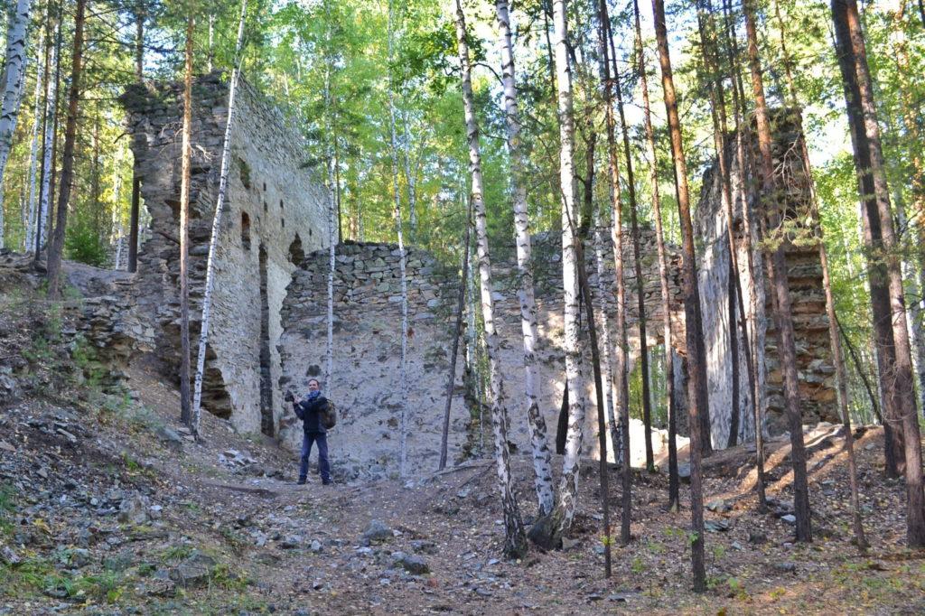 Французская горка, остатки каменного здания
