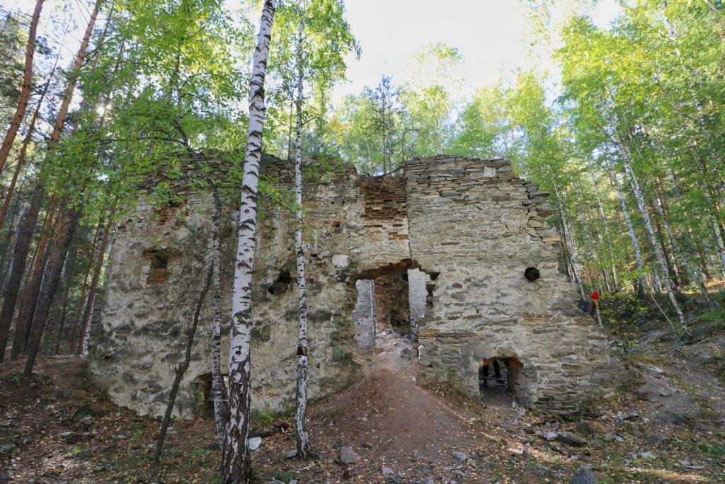 Французская горка, каменное здание сбоку