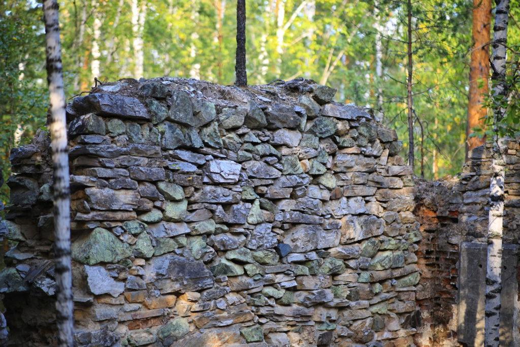 Французская горка, остатки каменной стены